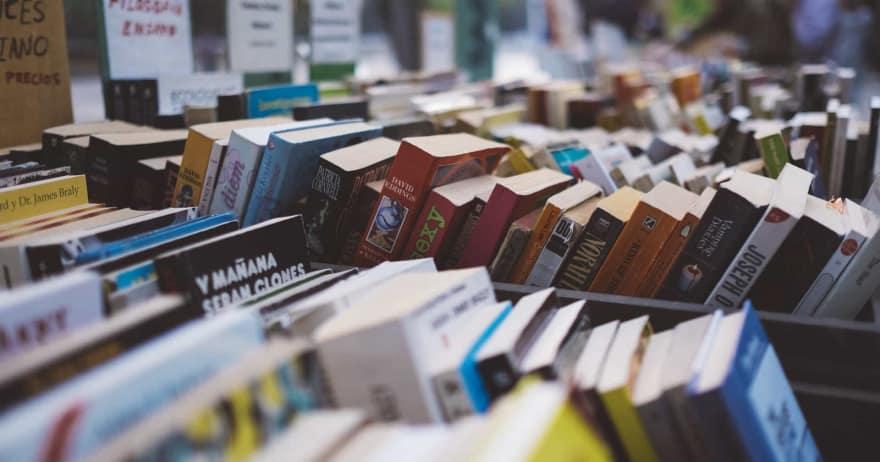 מדפים בחנות ספרים (אילוסטרציה)