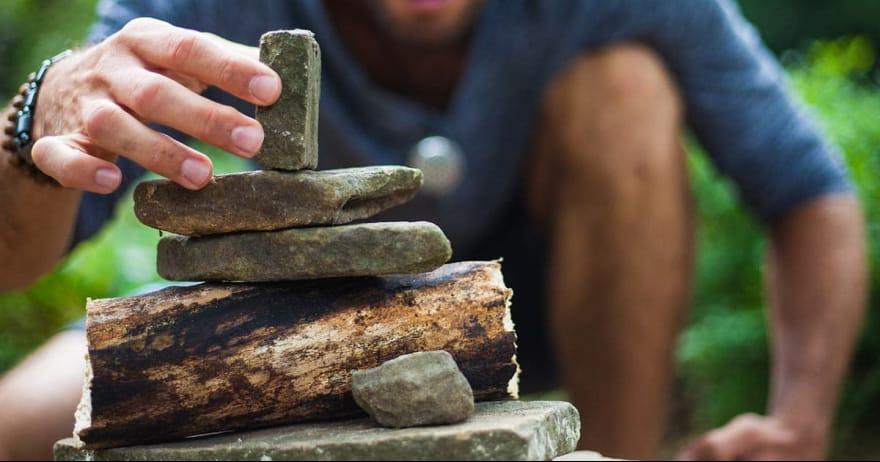 איש בונה מגדל אבנים (אילוסטרציה)