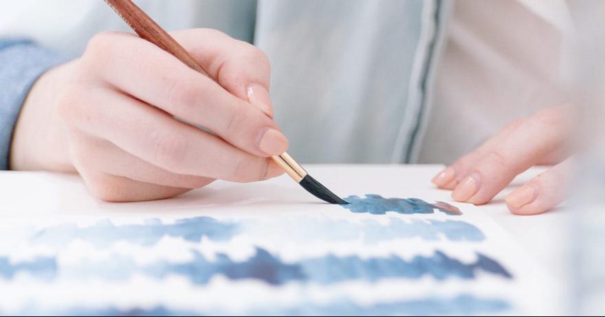 אשה מציירת על נייר (אילוסטרציה)