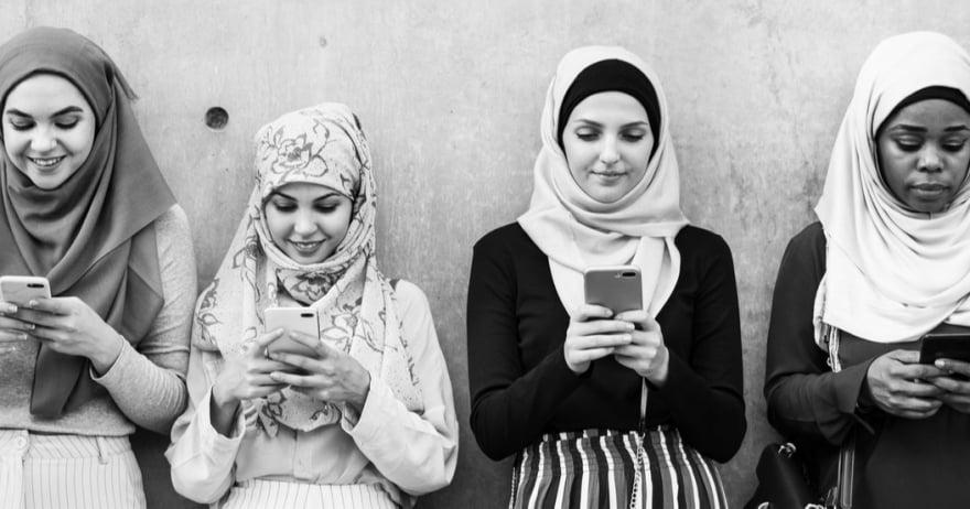 נשים ערביות מתבוננות במכשיר טלפון נייד (צילום: rawpixel / CC0)