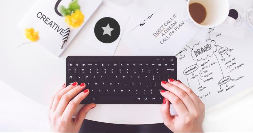 ידיים של אשה על מקלדת מחשב ושולחן עבודה (CC0)