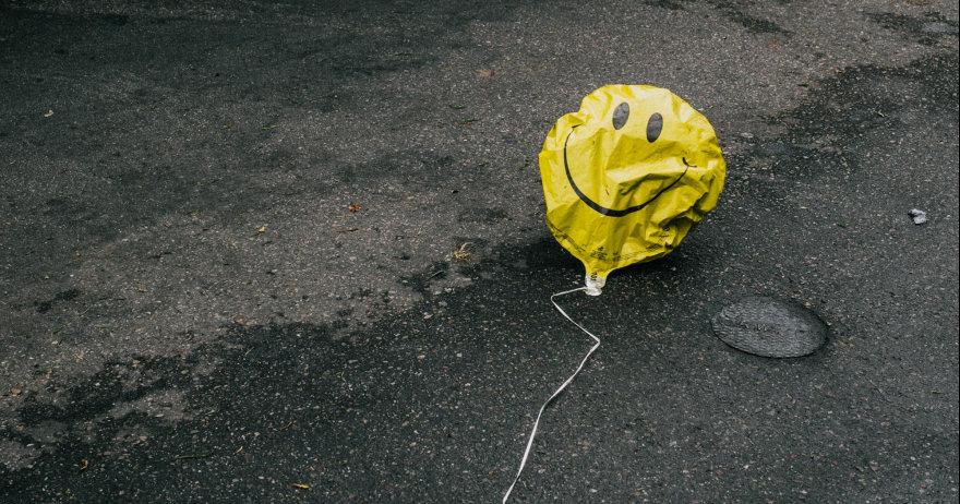 בלון סמיילי צהוב זרוק על הכביש (CC0)