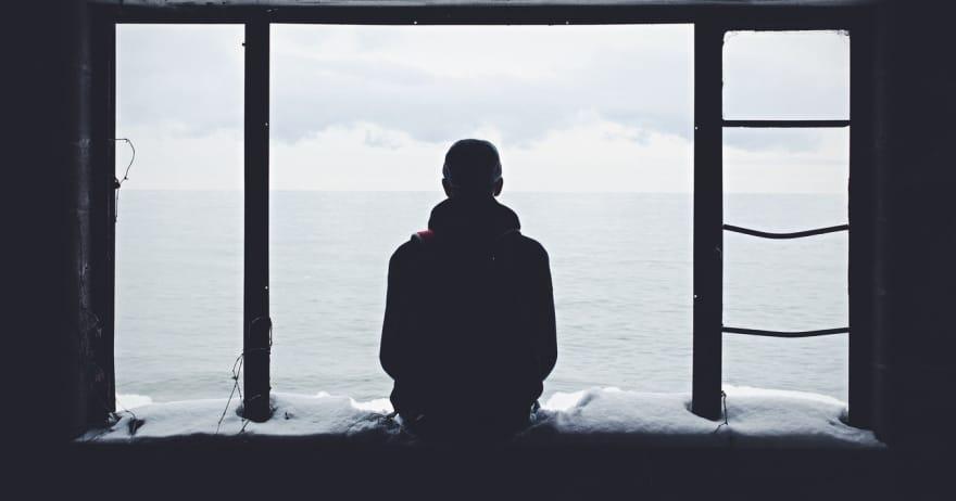 צללית של איש יושב ליד חלון (CC0)