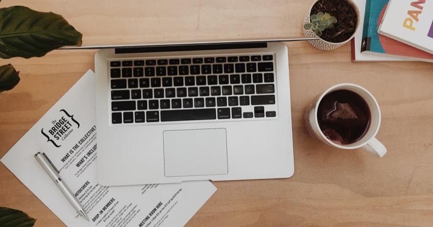 שולחן עבודה עם מחשב וכוס קפה (צילום: unsplash / CC0)